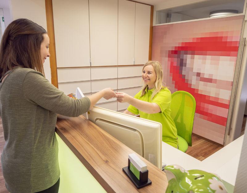 Kundenempfang in der Zahnarztpraxis Gablingen